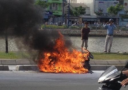Chiếc xe bốc cháy dữ dội.