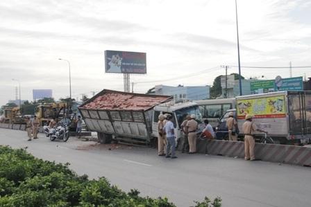 Hiện trường xe tải gặp nạn do tài xế ngủ gật