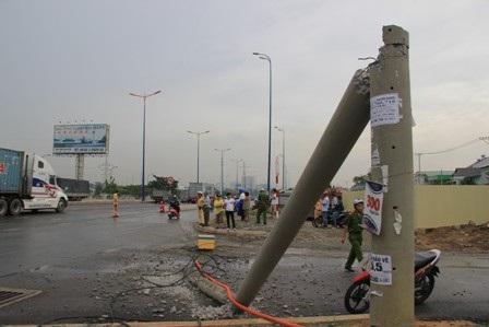 Hiện trường vụ trụ điện bị kéo gãy, dây điện đứt vương vãi trên xa lộ