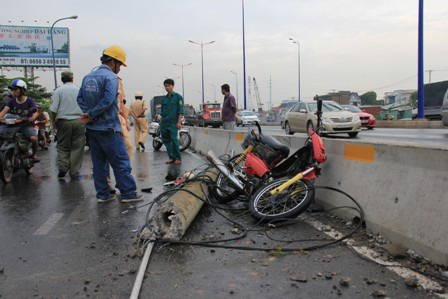 Chiếc xe máy bị trụ đèn gãy đè bẹp dúm, hư hỏng nặng