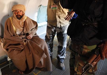 """Hé lộ hình ảnh Gadhafi """"con"""" sau khi bị bắt - 5"""