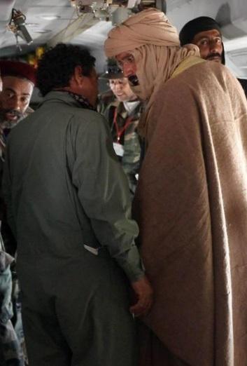 """Hé lộ hình ảnh Gadhafi """"con"""" sau khi bị bắt - 4"""
