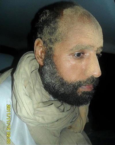 """Hé lộ hình ảnh Gadhafi """"con"""" sau khi bị bắt - 2"""