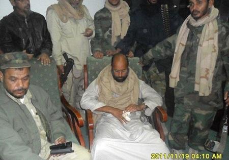 """Hé lộ hình ảnh Gadhafi """"con"""" sau khi bị bắt - 7"""