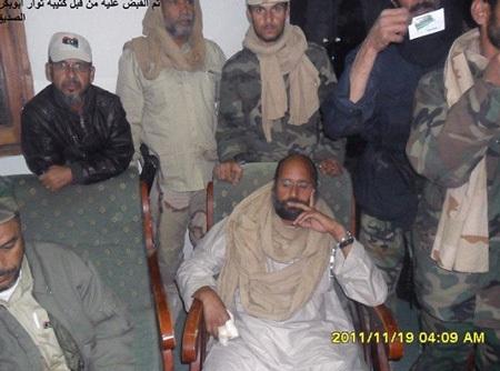"""Hé lộ hình ảnh Gadhafi """"con"""" sau khi bị bắt - 8"""