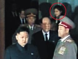 Báo Hàn xôn xao về người phụ nữ bí ẩn bên cạnh Kim Jong-un - 1