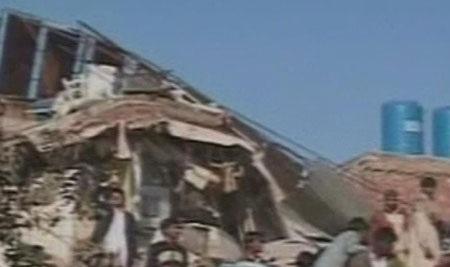 Pakistan: Sập nhà máy, 3 người chết, 100 người mắc kẹt - 3