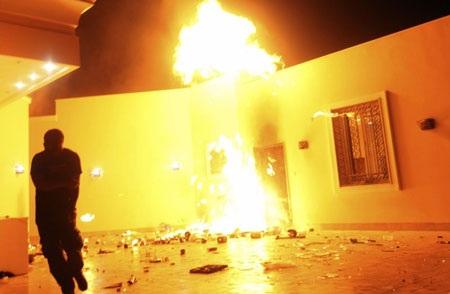 Lãnh sự quán Mỹ ở Benghazi chìm trong biển lửa trong vụ tấn công đêm ngày 11/9.