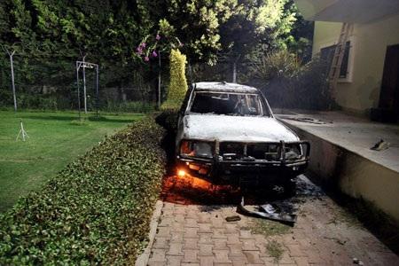 Một chiếc xe bên trong lãnh sự quán Mỹ ở Benghazi bị thiêu rụi trong cuộc biểu tình ngày 11/9.