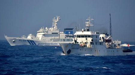 Một tàu tuần duyên của Nhật Bản đang áp sát một tàu hải giảm Trung Quốc