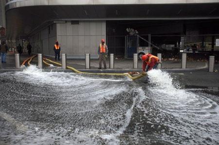 Bơm nước ra khỏi đường tàu điện ngầm ở rìa nam Manhattan, New York.