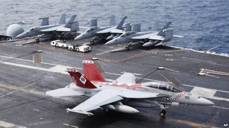 Máy bay phản lực F/A-18 Super Hornet của hải quân Mỹ hạ cánh trên tàu sân bay George Washington