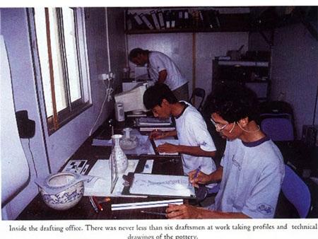 Họa sĩ Nguyễn Thượng Hỷ (bìa phải) vẽ bình tì bà khai quật được trên tàu cổ ở Cù Lao Chàm