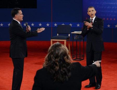 Hai ứng cử viên liên tục ngắt lời nhau và cáo buộc nhau không trung thực trong cuộc tranh luận.