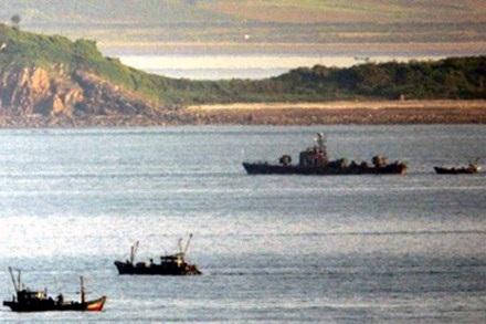 Tàu tuần tra và tàu cá Triều Tiên trên Hoàng Hải.