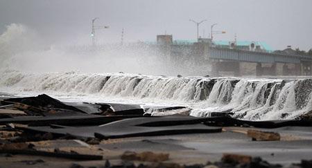 Nước biển vẫn tiếp tục tràn vàođại lộOcean, Avalon, NewJersey vào ngày thứ ba.