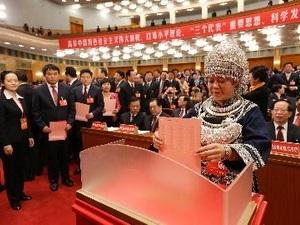 Các đại biểu bỏ phiếu bầu Ban chấp hành Trung ương mới tại Đại hội. (Nguồn: THX/TTXVN)