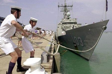 """Trộm táo tợn đột nhập tàu hải quân Australia """"lẫng"""" vũ khí"""
