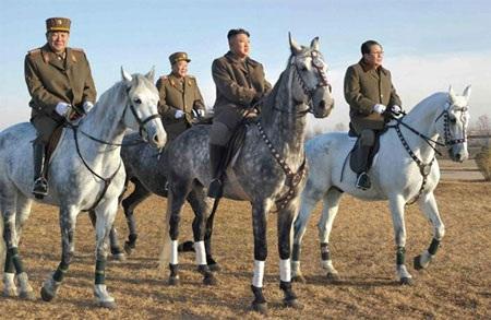 Ông Kim Jong-Un (hàng trên giữa)cùng một số quan chức cao cấp của quân đội Triều Tiên