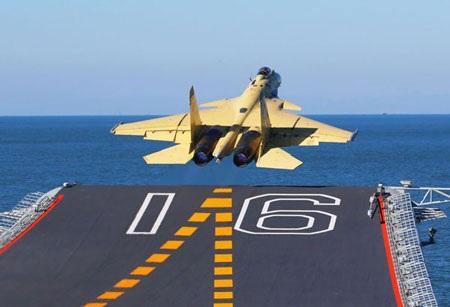 Trung Quốc khoe ảnh chiến đấu cơ tự chế hạ cánh trên tàu sân bay Liêu Ninh