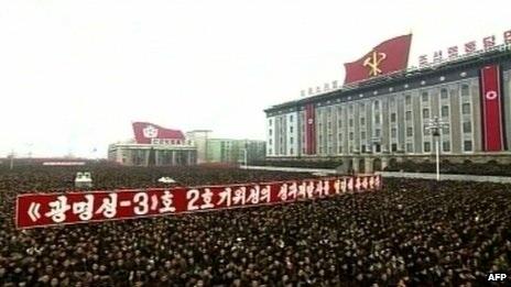 Quảng trường Kim Nhật Thành ngày 14/12 chật kín người ăn mừng thành công của vụ phóng tên lửa.