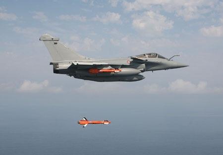 Máy bay chiến đấu Rafale đang phóng tên lửa