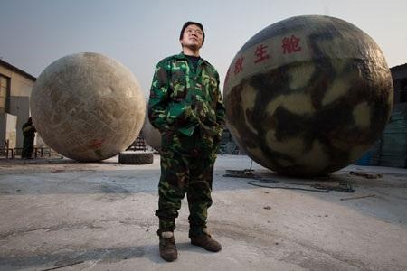 Liu Qiyuan bên những tổ kén dùng để thoát khỏi ngày tận thế của mình.