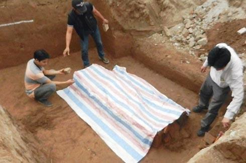Ngôi mộ cổ được các nhà khảo cổ khai quật.