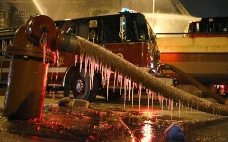Lính cứu hỏa nỗ lực dập lửa trong cái lạnh dưới 0 độ.