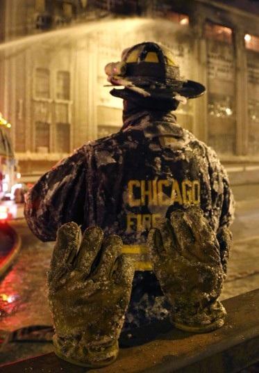 Nước đóng băng trên găng tay của một lính cứu hỏa.