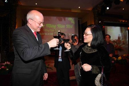 Ông Clemen - Tổng vụ trưởng, Bộ ngoại giao Đức chạm ly chúc mừng năm mới