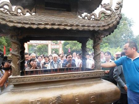 Lãnh đạo dâng hương tại Điện thờ Tây Sơn – Tam Kiệt