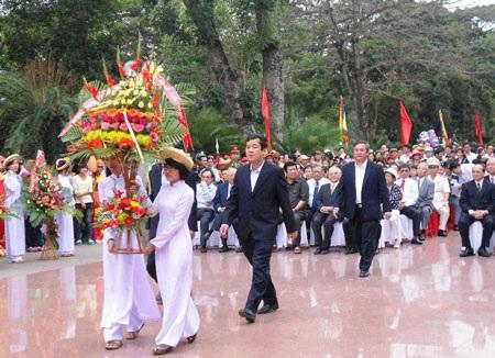 Lãnh đạo tỉnh và các đoàn đại biểu dâng hoa tại tượng đài Quang Trung.