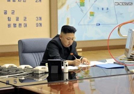 Chiếc máy tính Apple được thấy rõ trong bức ảnh Triều Tiên công bố hôm qua 29/3.
