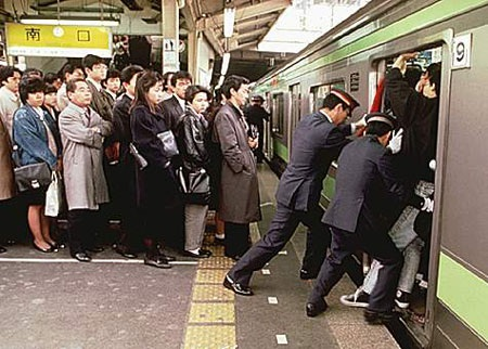 Hình ảnh thường thấy ở các ga tàu Nhật vào giờ cao điểm.