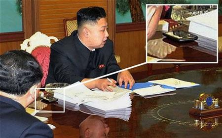 Ông Kim Jong-un bên chiếc smartphone bí ẩn.