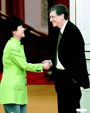Hình ảnh bắt tay của ông Bill Gates với Tổng thống Park gây nhiều tranh cãi. Ảnh: Dong A Ilbo