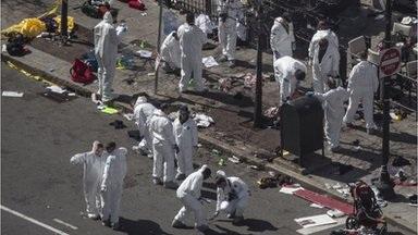 Các nhà điều tra khám xét hiện trường một vụ nổ bom ở Boston.