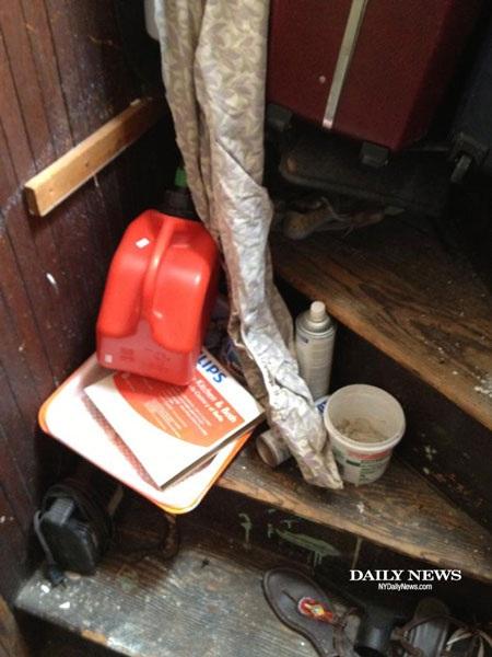Một chiếc can đựng xăng và lọ dầu máy có thể thấy nằm ngổn ngang trong căn hộ.