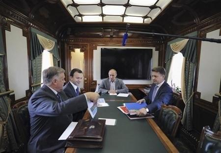 Tổng thống Putin trong cuộc họp với lãnh đạo đường sắt Vladimir Yakunin (trái)