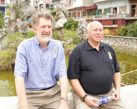 Bob Hall (phải) và Derill de Heer tại Yên Dũng, Bắc Giang, sáng 28/7