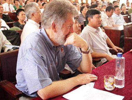 Khoảnh khắc xúc động của Bob tại cuộc gặp với các thân nhân liệt sỹ.