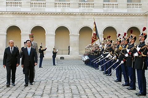 Lễ đón chính thức Thủ tướng Nguyễn Tấn Dũng tại Thủ đô Paris. Ảnh: VGP/Nhật Bắc