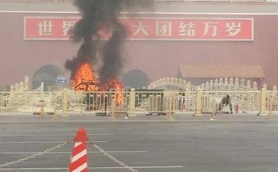 Chiếc xe bốc cháy ngùn ngụt trên quảng trường Thiên An Môn.