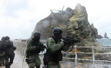 Hải quân Hàn Quốc đổ bộ xuống quần đảo Dokdo trong cuộc tập trận ngày 25/10. Ảnh: AFP/TTXVN.