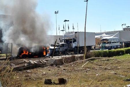 Một chiếc xe bị bốc cháy trong vụ tấn công ở trụ sở Bộ Quốc phòng Yemen.