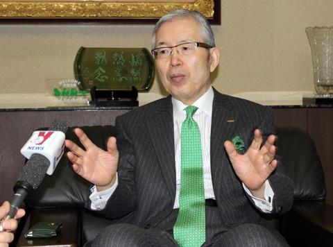Chủ tịch Tập đoàn NIDEC Shigenobu Nagamori trả lời phỏng vấn. Ảnh: Hữu Thắng - TTXVN