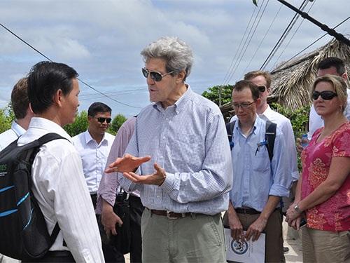 Ngoại trưởng John Kerry trò chuyện với người dân tỉnh Cà Mau