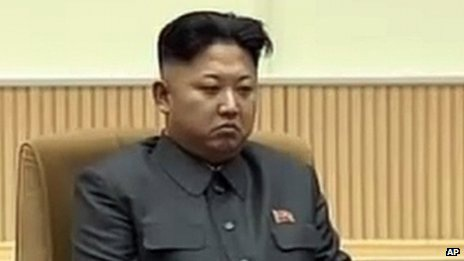 Ông Kim Jong-un trong buổi lễ tưởng niệm 2 năm ngày mất của cha vào tháng này.