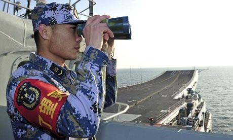 Tàu sân bay Liêu Ninh của Trung Quốc trong một cuộc tập trận trên Hoa Đông hồi tháng 11.